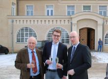 Minister Christian Pegel, Falko Beitz und Günther Jikeli vor dem Stolper Schloss